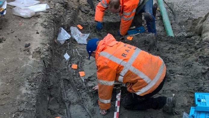Middeleeuws kerkhof en skeletten gevonden bij Lindtse kerk in Zwijndrecht